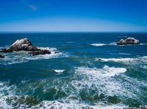 Roches dans l'océan Photographie stock