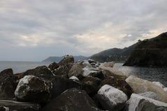 Roches dans l'océan Images stock