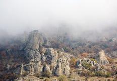 Roches dans la brume de matin Photos stock