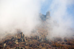 Roches dans la brume de matin Photo stock