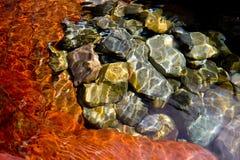 Roches dans le fleuve images stock