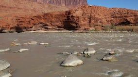 Roches dans le fleuve Colorado banque de vidéos