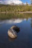 Roches dans le lac peu profond le jour ensoleillé images stock
