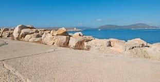 Roches dans le port d'Alghero image libre de droits