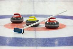 Roches de bordage sur la glace photo stock