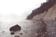 Roches de falaise de craie d'île de Rugen au parc national Jasmund Photos stock