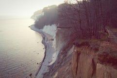 Roches de falaise de craie d'île de Rugen au parc national Jasmund Photographie stock