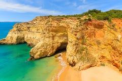 Roches de falaise sur la belle plage Photographie stock