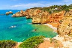 Roches de falaise sur la belle plage Image libre de droits