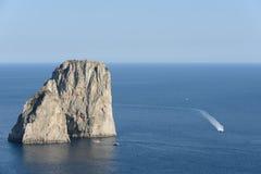 Roches de Faraglioni à l'île de Capri - Italie Photographie stock libre de droits