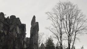 Roches de grès, massifs de roche dans le paysage s'élevant de forêt, grandes pierres banque de vidéos