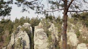 Roches de grès, massifs de roche dans le paysage s'élevant de forêt, grandes pierres clips vidéos