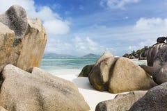 Roches de granit sur la plage, La Digue, Seychelles Photos stock