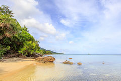 Roches de littoral de plage de Karimunjawa Indonésie Java photos stock