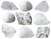 Roches de magnésite et gemmes dégringolées d'isolement Photographie stock