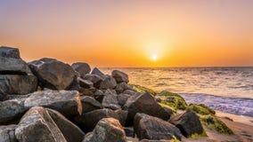 Roches de mer sur le coucher du soleil Image libre de droits