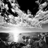 Roches de mer sur le rivage d'océan Images libres de droits