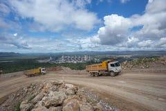 Roches de transport de camion de déchargeur dans une carrière Photographie stock libre de droits
