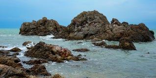 roches de vagues de fentes image libre de droits