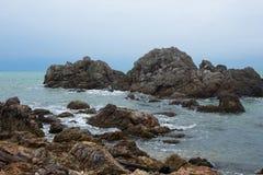 roches de vagues de fentes images libres de droits