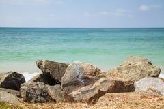 Roches devant la mer images stock