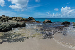 Roches devant la mer Photographie stock libre de droits