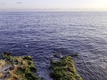 Roches devant Malecon et Océan Atlantique à La Havane, Cuba Photo stock