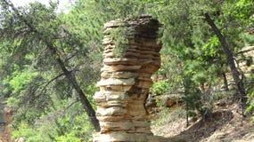 Roches empilées dans la forêt Photos stock