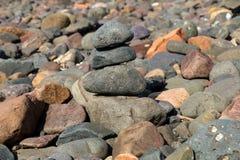 Roches empilées de bord de la mer sur une plage côtière Images libres de droits