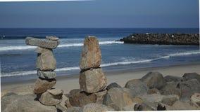Roches empilées sur la plage Images libres de droits
