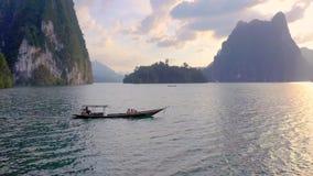 Roches en Cheow Lan Lake banque de vidéos