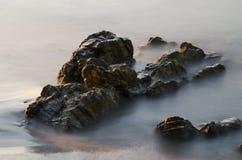 Roches en mer brumeuse images stock