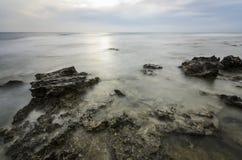 Roches en mer brumeuse image stock