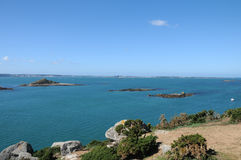 Roches en mer outre de la côte du Herm Photo libre de droits