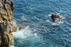 Roches en mer, Peniche, Portugal Photos libres de droits