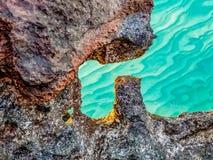 Roches en mer sur les Turcs et la Caïques images stock