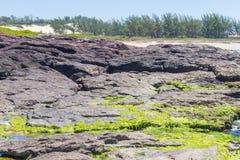 Roches en plage de Guarita chez Torres Photo stock