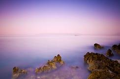 Roches en planche et un bel océan au crépuscule Photo stock