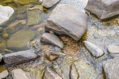 Roches en rivière Photos stock
