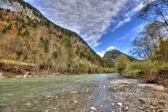 Roches en rivière débordante photos libres de droits