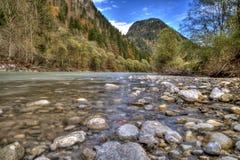 Roches en rivière débordante photo libre de droits