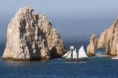 Roches et bateau à voiles 2 de Cabo Images libres de droits