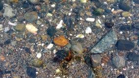 Roches et cailloux en mer Images libres de droits