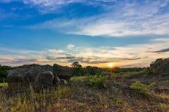 Roches et coucher du soleil avec le ciel bleu images libres de droits