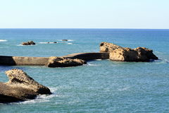 Roches et digue Photographie stock