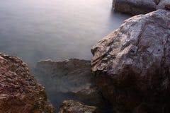 Roches et eau images stock