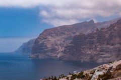 Roches et falaises géantes à l'océan photo stock