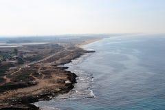 Roches et grottes blanches à la ligne de côte de Rosh Hanikra, au nord de l'Israël, la mer Méditerranée photographie stock libre de droits