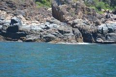Roches et la mer Image stock