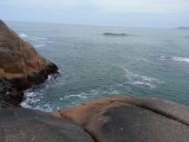 Roches et mer chez Joaquina sur Santa Catrina au Brésil images stock